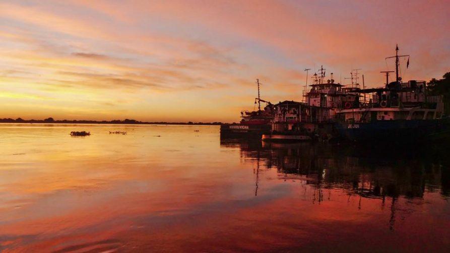 Schiffe im Hafen bei Abendlicht