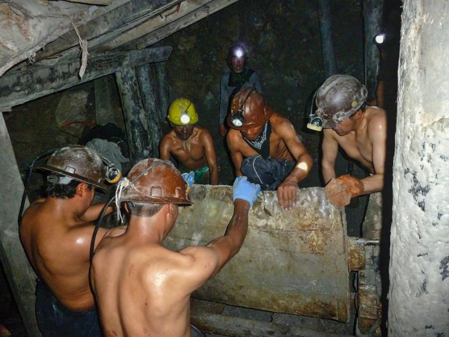 Minenarbeiter leeren Lore, Cerro Rico, Potosi