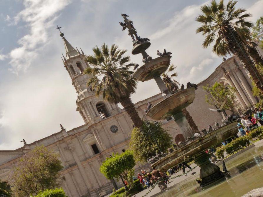 Springbrunnen vor Kathedrale von Arequipa, Peru