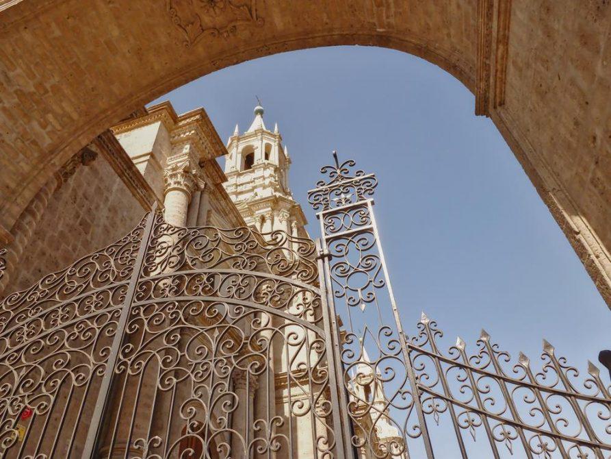 Metalltor und Turm, Kathedrale von Arequipa, Peru