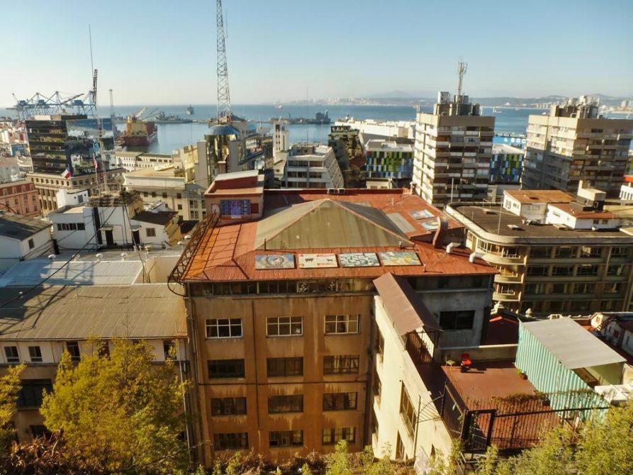 Blick über die Dächer und auf den Hafen, Valparaiso, Chile