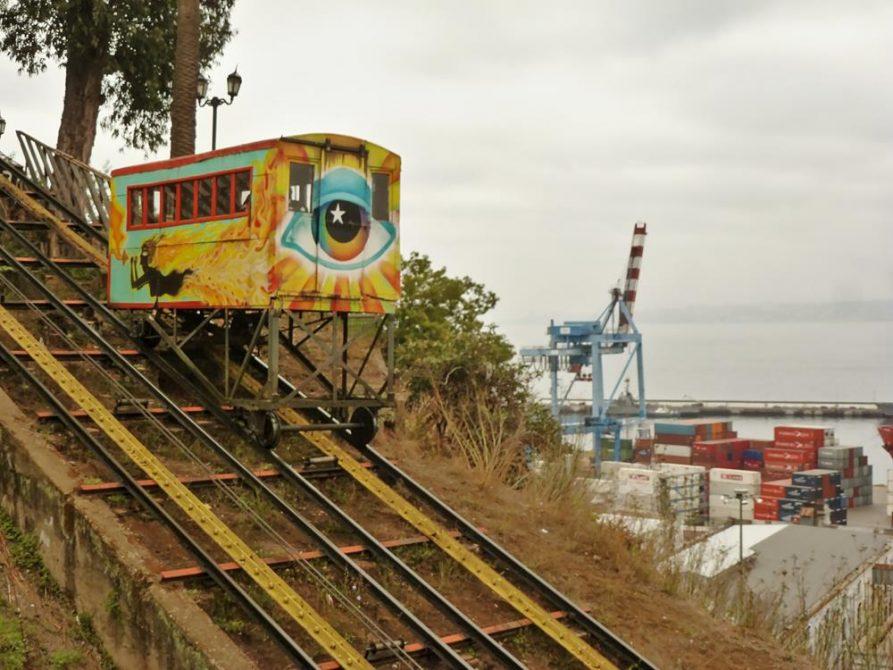 Standseilbahn vor dem Hafen von Valparaiso, Chile