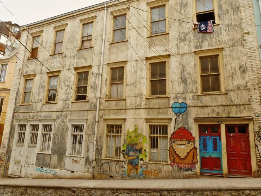 Graffitis auf Hauswand in Valparaiso, Chile
