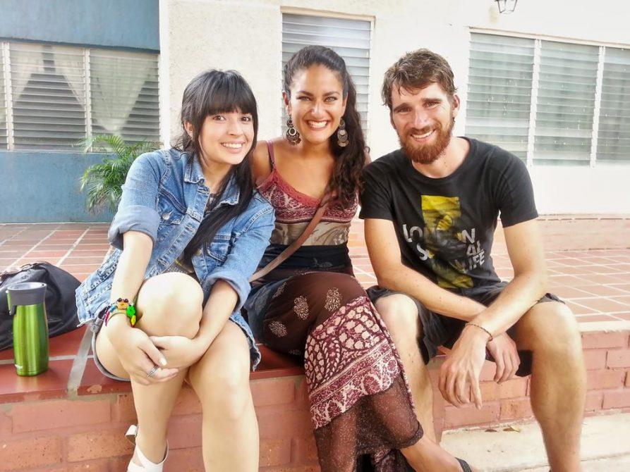 drei junge Menschen, sitzend
