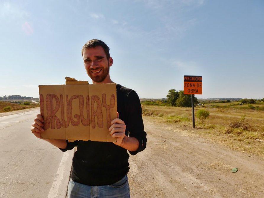 junger Mann per Anhalter auf dem Weg nach Uruguay