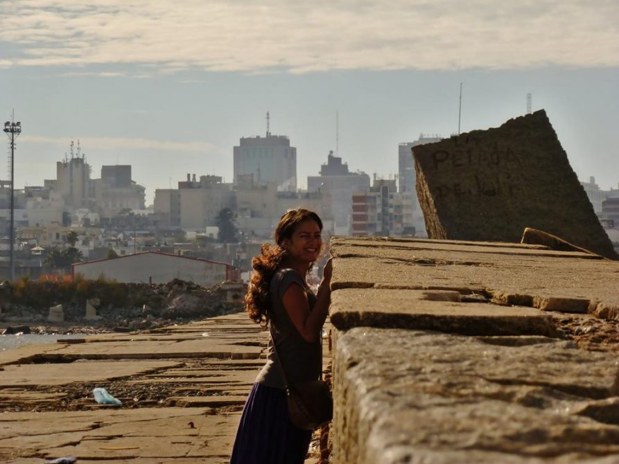 junge Frau auf der Escollera Sarandi, Montevideo, Uruguay
