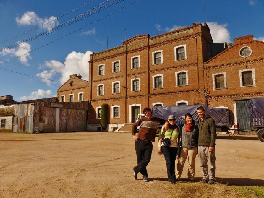 Menschen vor der Getreidemühle in Santa Rosa, Uruguay