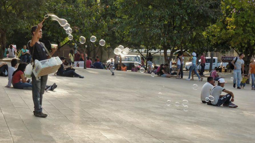 Mann macht Seifenblasen, Medellín, Kolumbien