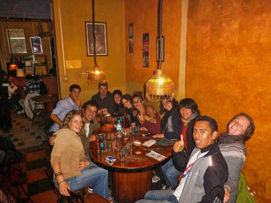 junge Menschen in einer Bar, Cochabamba, Bolivien