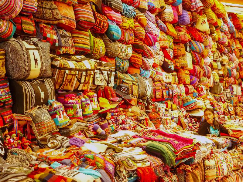Stoffe und Taschen auf dem Markt in Pisac