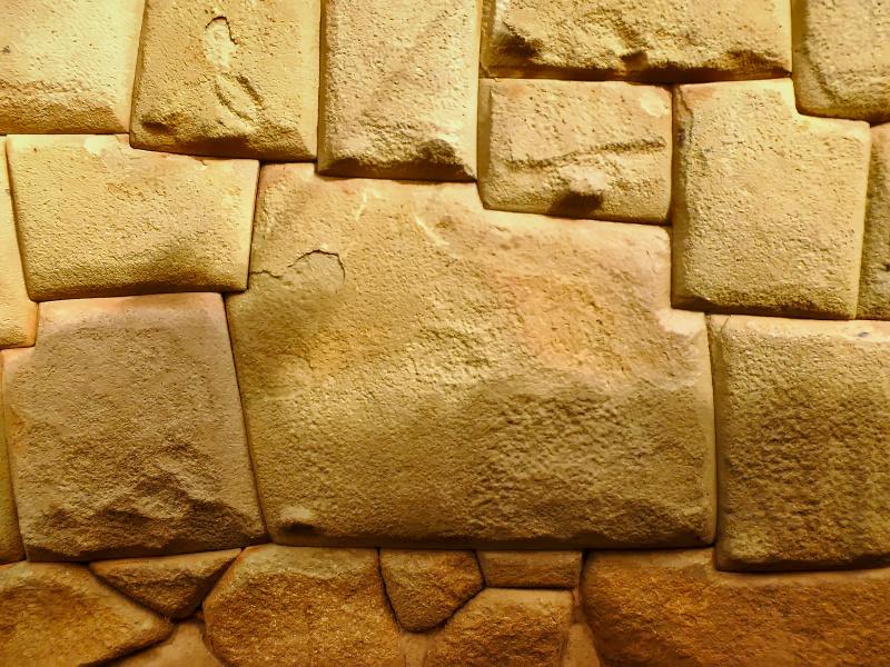 12-eckiger Stein in einer Inkamauer in Cusco