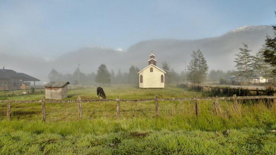 Pferd und Kirchhof in Santa Lucia, Chile, Patagonien
