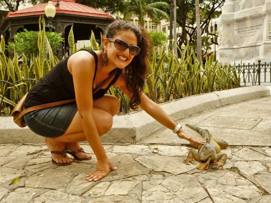 junge Frau und Leguan im Parque Seminario, Guayaquil, Ecuador
