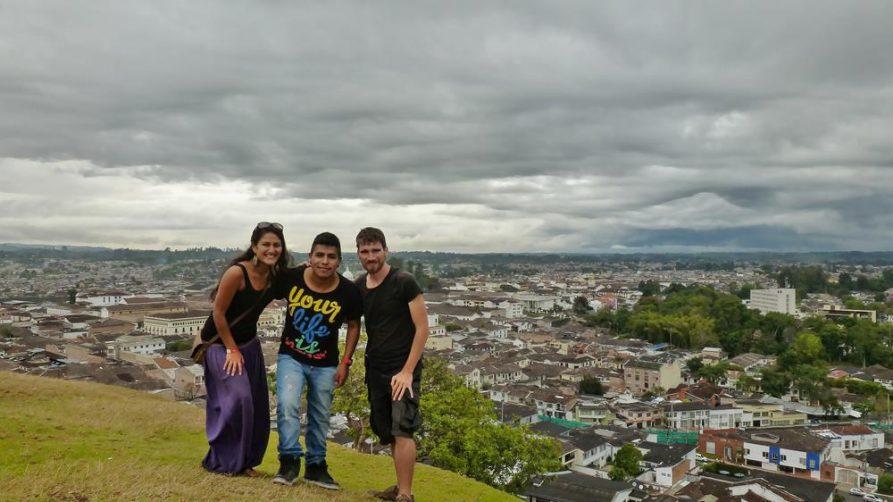 drei junge Menschen auf dem Aussichtspunkt über Popayán