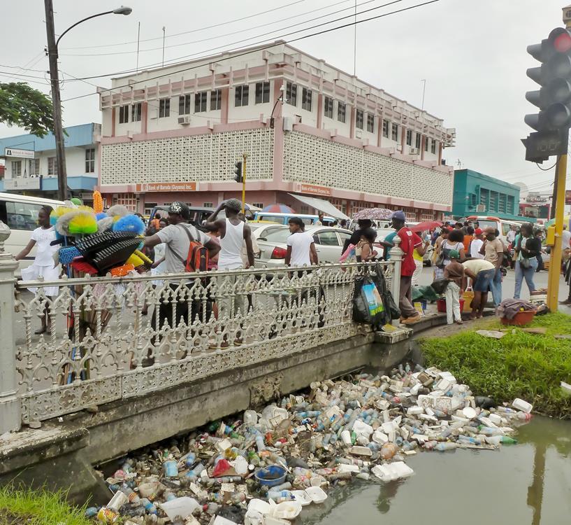 Müll und Abwasserkanal, Georgetown, Guyana